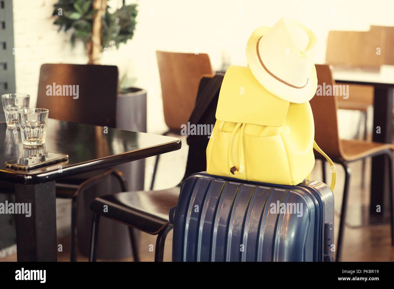 Close up sui bagagli in aeroporto cafe Immagini Stock