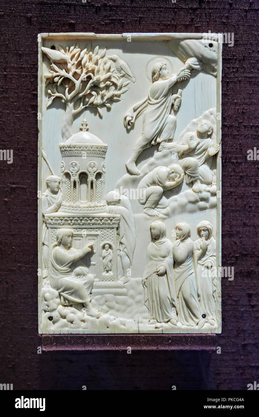 Piastra di avorio, donne presso la tomba di Cristo e l'assunzione del Signore, Milano o Roma, intorno al 400, il Museo Nazionale di Monaco di Baviera Immagini Stock