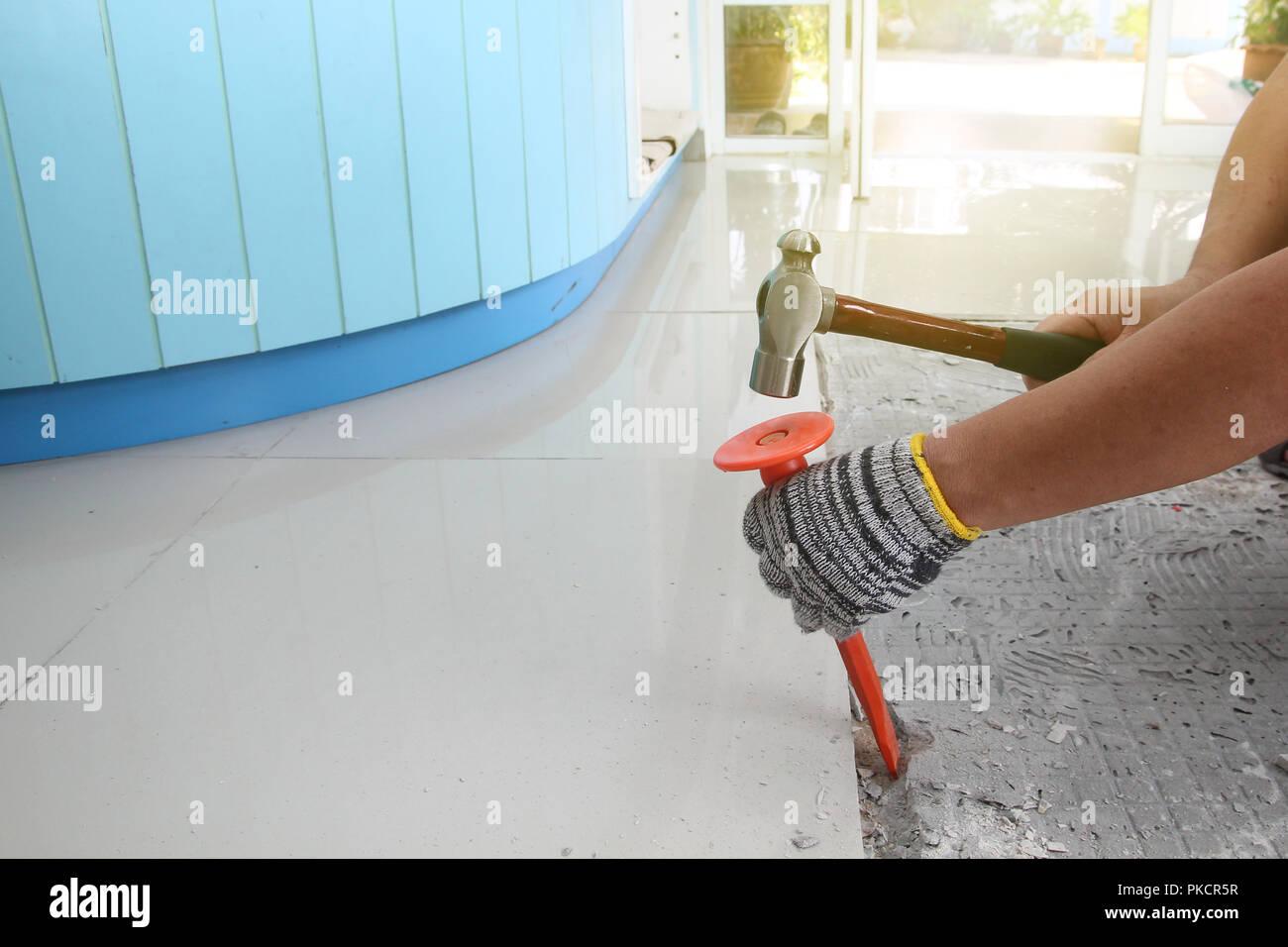 In casa la sostituzione di piastrelle per pavimenti ฺbe rotto e