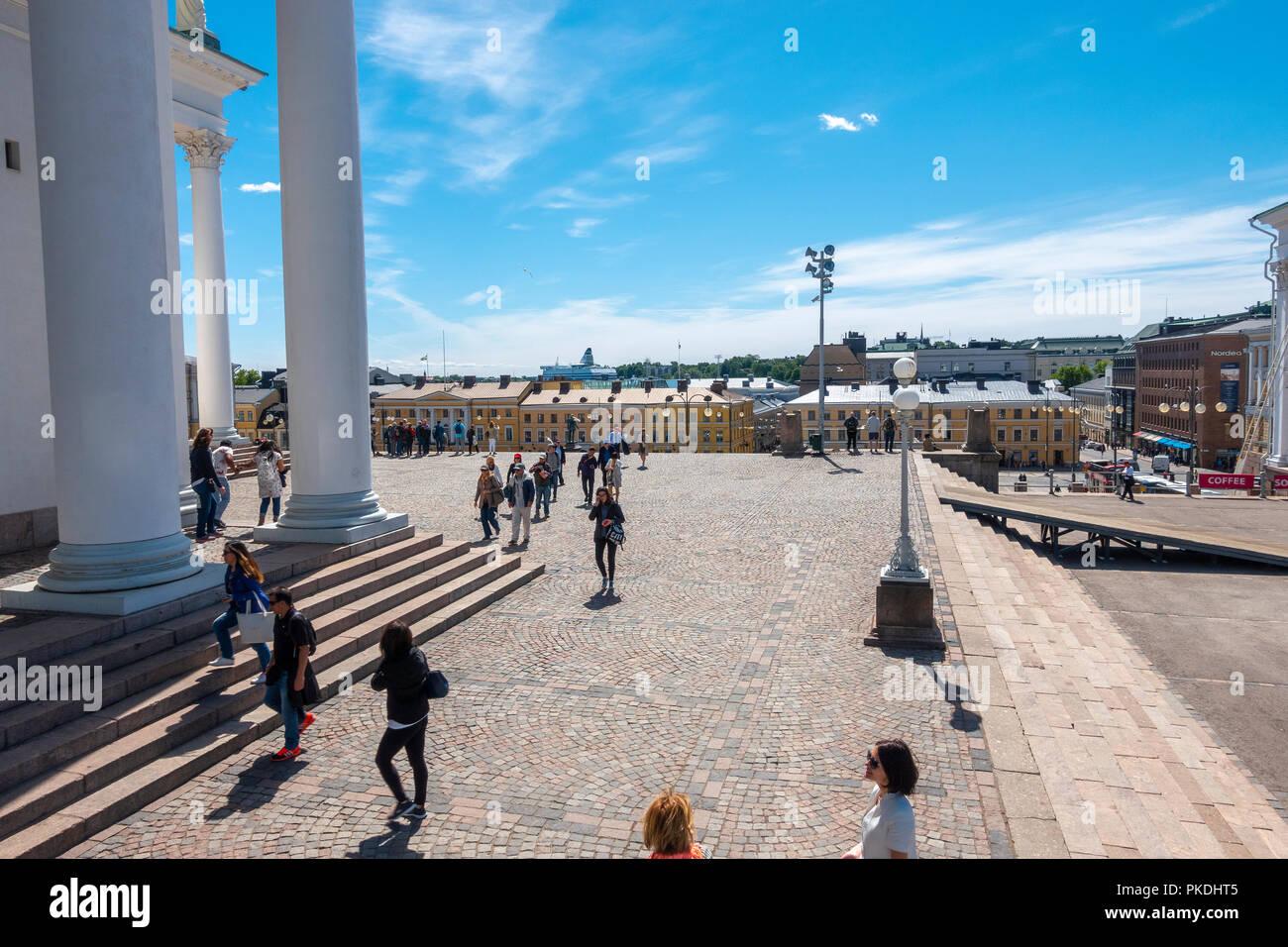 A Helsinki la Piazza del Senato visto dall'estremità nord con Helsinki Cattedrale Luterana a sinistra in estate Immagini Stock