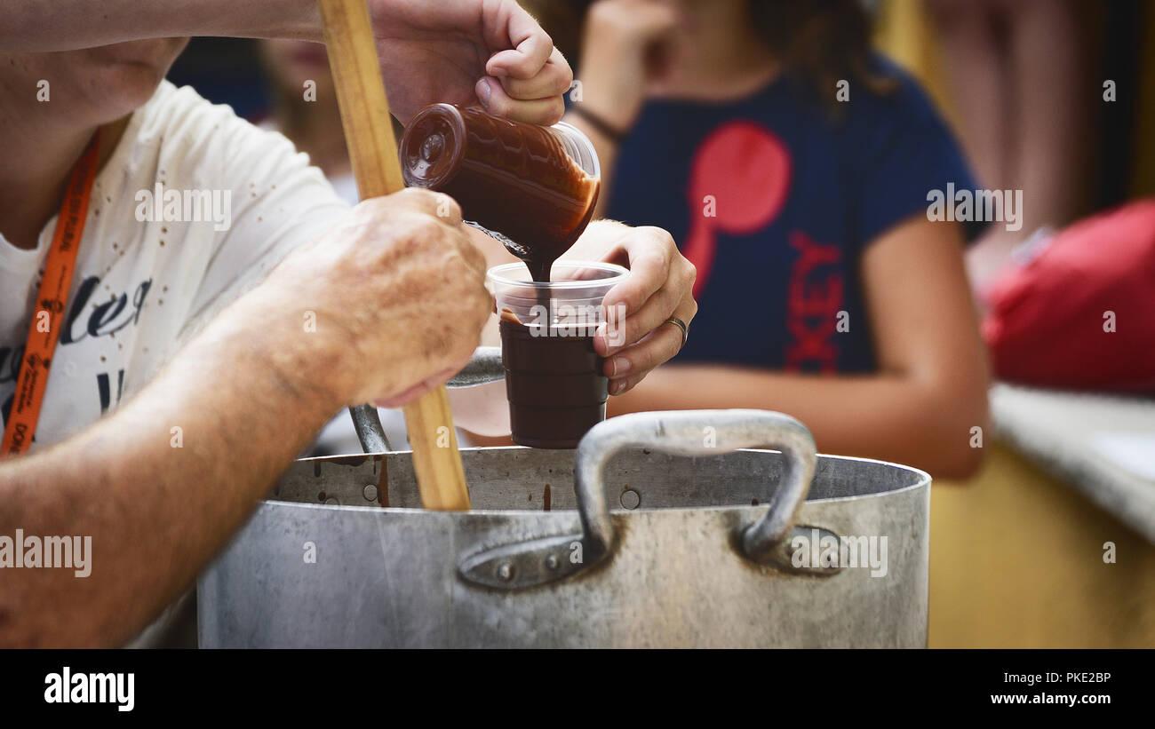I vicini offrono gratuitamente cioccolata calda in un partito popolare. Svuotare lo spazio di copia per l'editor di testo. Immagini Stock