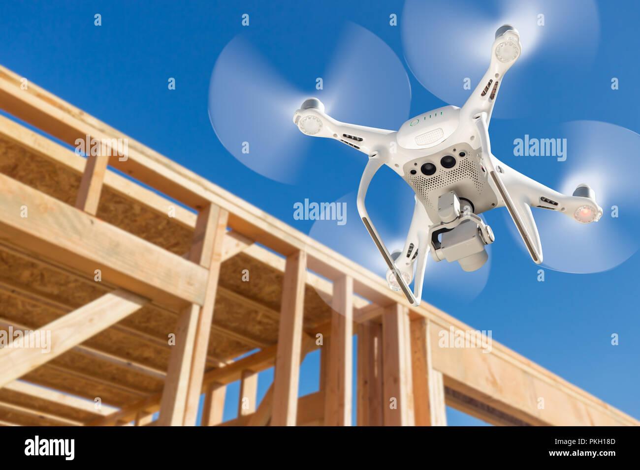 Drone Quadcopter battenti e ispezione Sito in costruzione. Immagini Stock