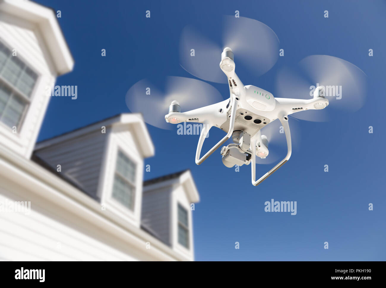 Drone Quadcopter battenti, ispezione e fotografando House Immagini Stock