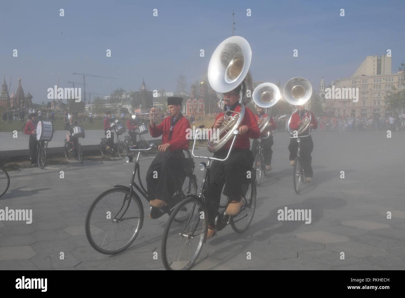 Il 1 settembre 2018. - Russia, Mosca. - 2018 Spasskaya torre militare internazionale Festival di musica. Nella foto: prestazioni della bicicletta Showband Crescendo (Paesi Bassi) in Zaryadye Park. Immagini Stock