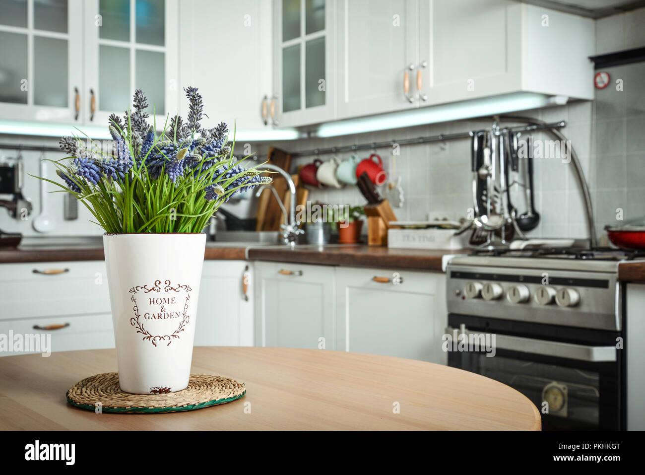 Mazzo di fiori di lavanda in interno della cucina in stile ...