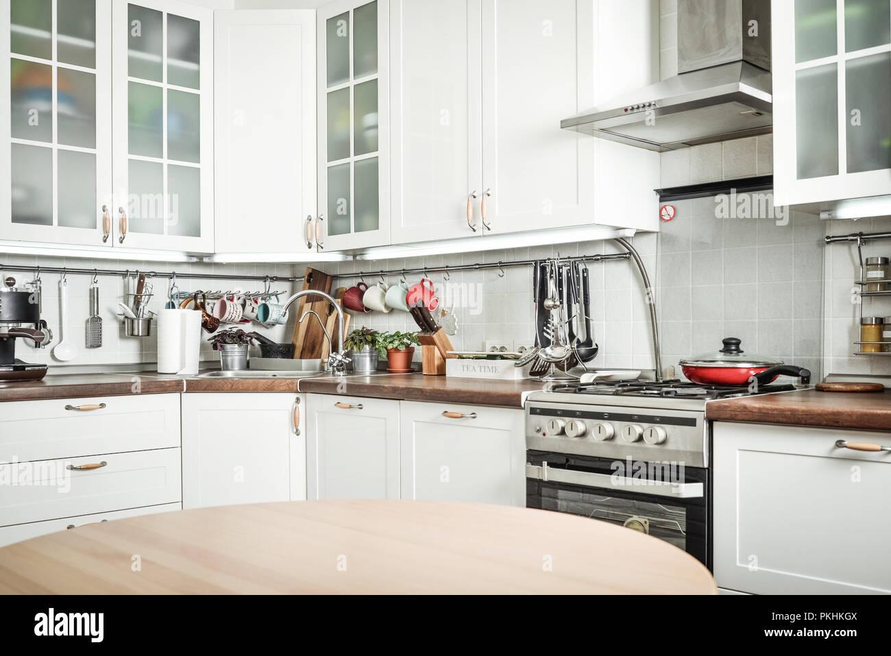 Interno della cucina in stile Scandinavo con mobili bianchi e un ...