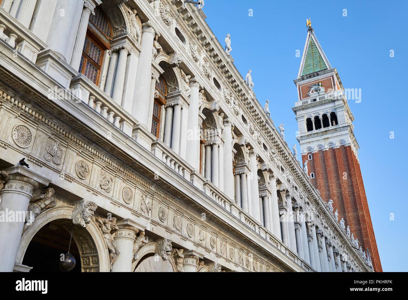 San Marco della torre campanaria e National Biblioteca Marciana facciata, cielo blu chiaro a Venezia, Italia Foto Stock