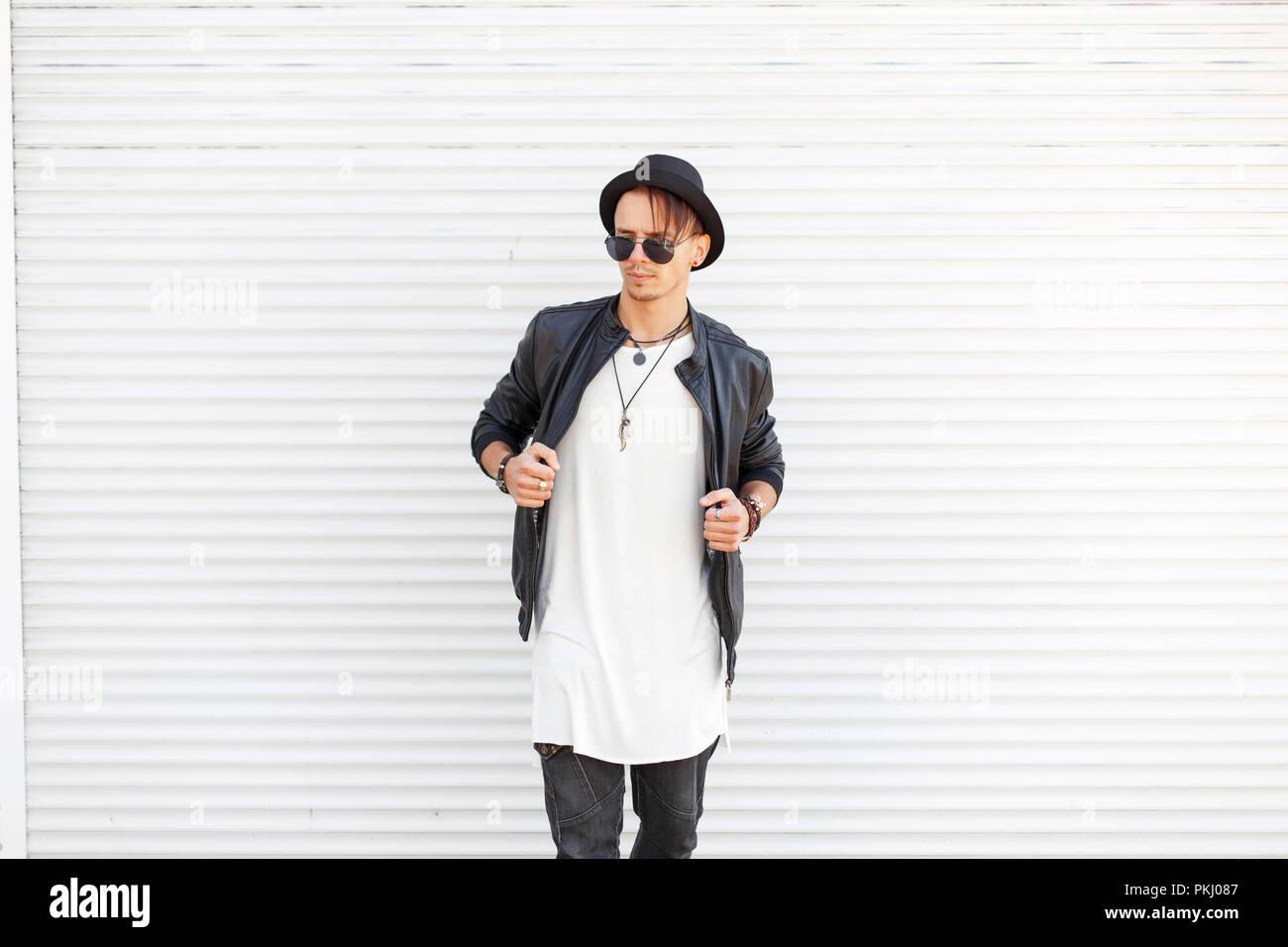 Quartiere In Un Di Occhiali Modello Elegante Uomo Con Alla Hat Moda WZqqfI4a
