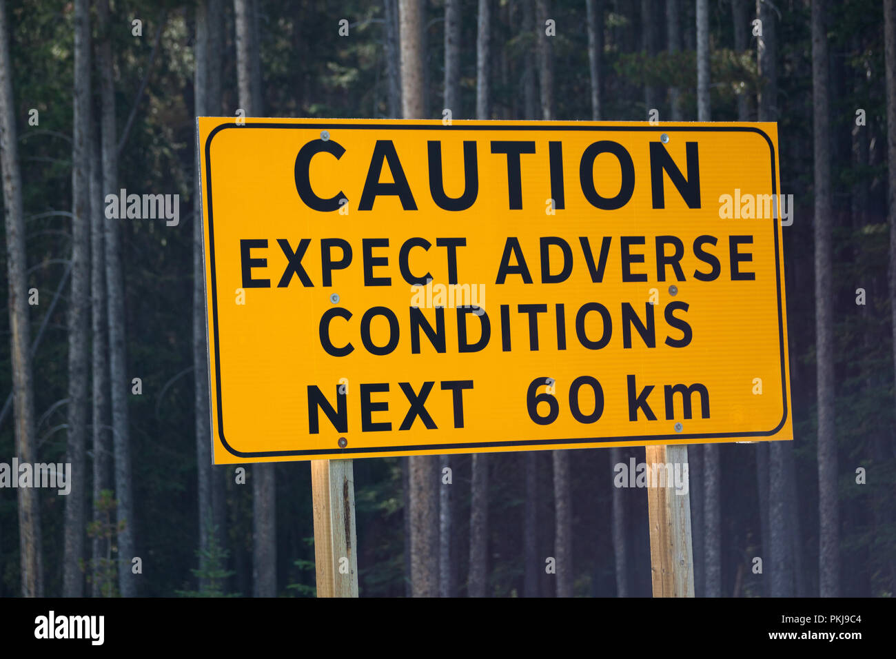 Attenzione cartello stradale, aspettarsi condizioni avverse Immagini Stock