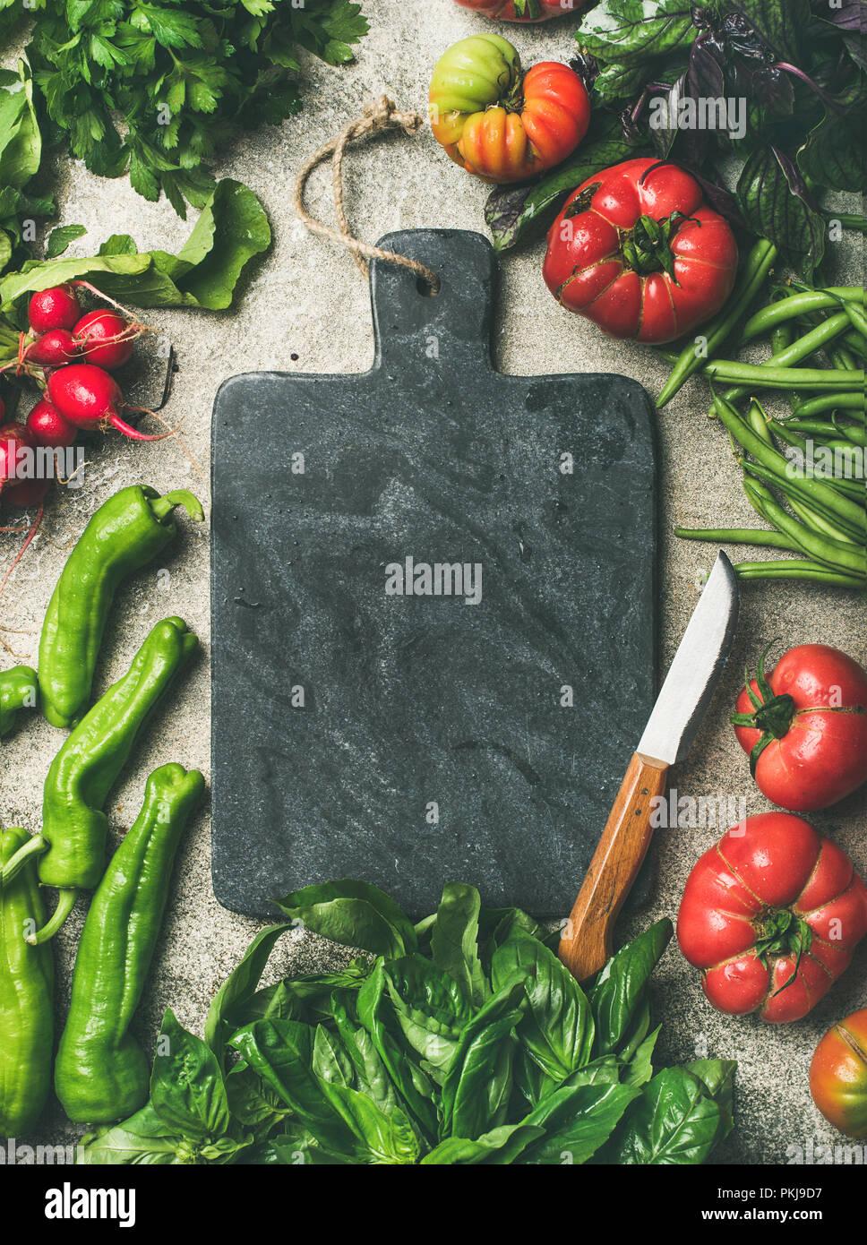 Una sana cucina di stagione la cottura di sfondo con verdure di stagione Immagini Stock