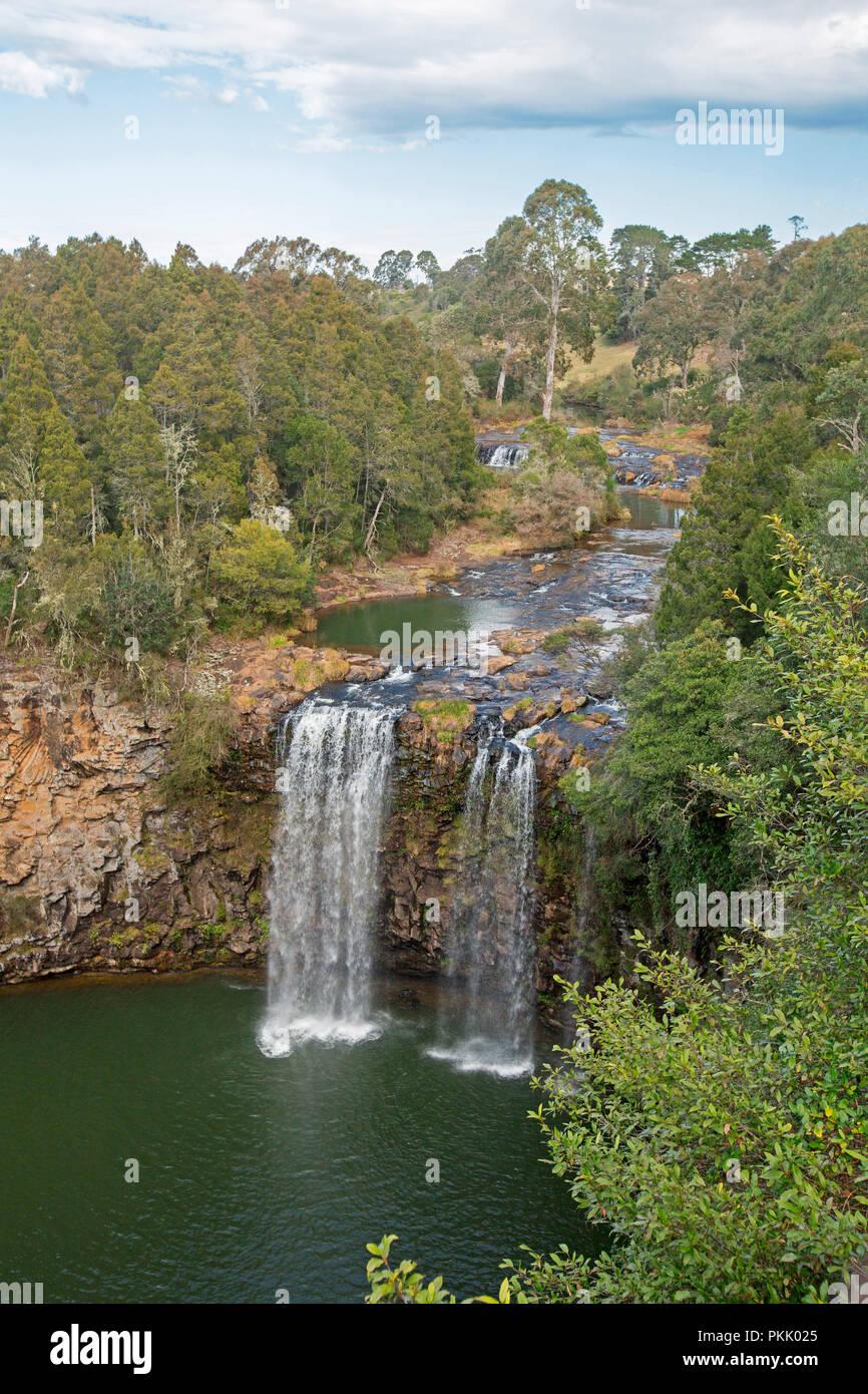 Spettacolare Dangar cade sul fiume Bellinger versando su scogliere rocciose orlati con foreste e sguazzare nella piscina di smeraldo vicino Dorrigo, NSW Australia Immagini Stock