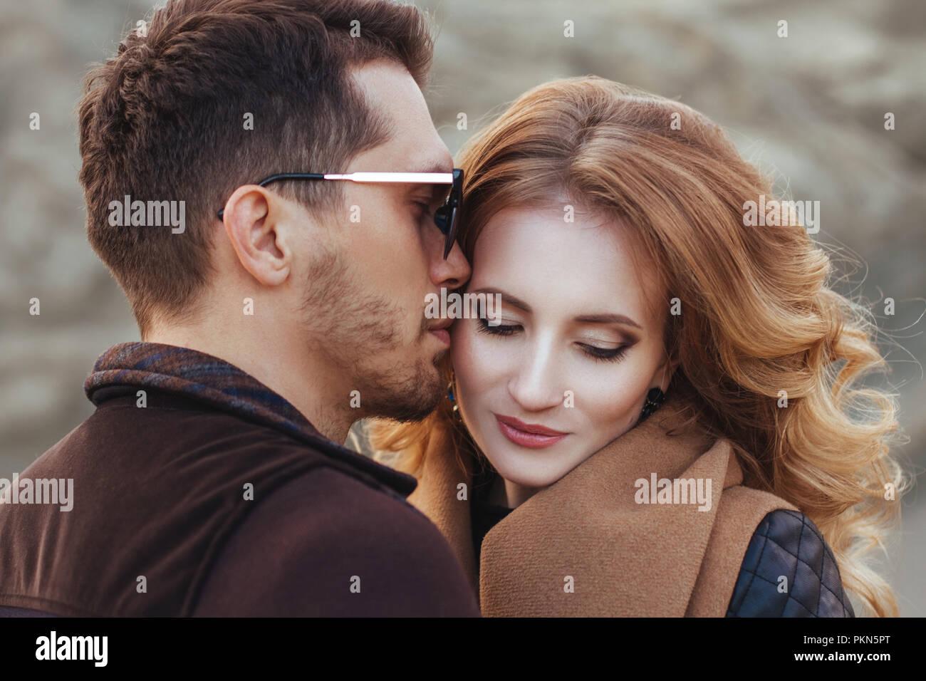 Bella giovane in amore il giorno di San Valentino. Felice coppia giovane passeggiate sulle montagne di sabbia in un giorno nuvoloso Immagini Stock