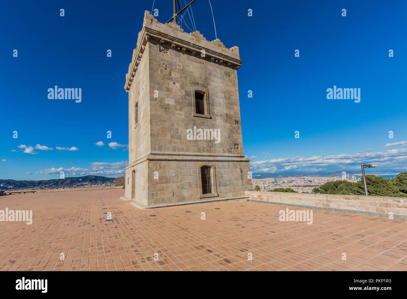 Una bellissima vista di una delle torri del castello di Montjuic a Barcellona Spagna Immagini Stock