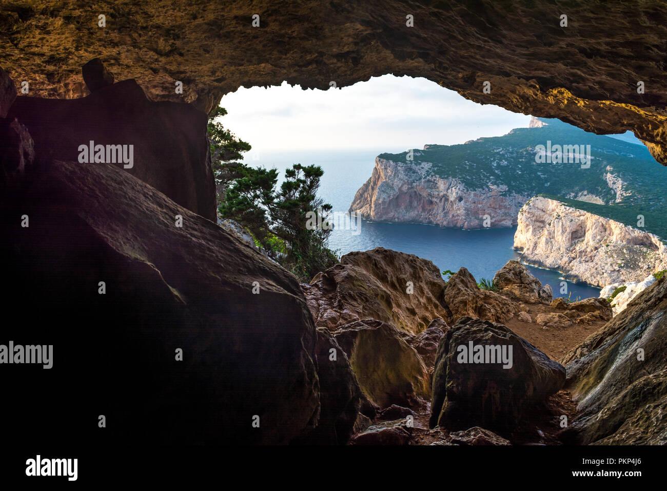 Paesaggio della costa sarda visto da vasi rotti nella grotta cluody un giorno di estate Immagini Stock