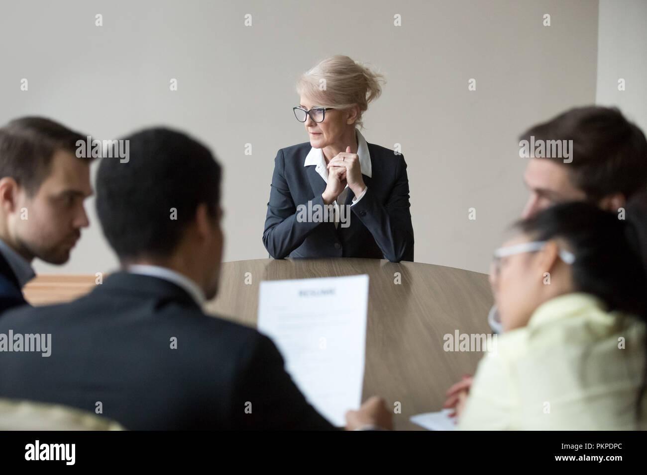 Donna passando il colloquio di lavoro in ufficio in sala riunioni Immagini Stock