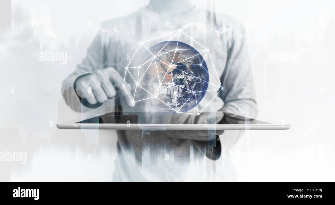 Un uomo con tavoletta digitale con la rete globale di tecnologia di connessione ologramma. Elemento di questa immagine sono arredate dalla NASA Foto Stock