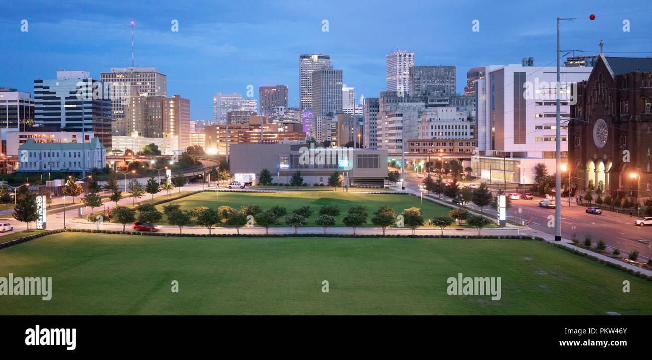 New Orleans è una vivace area metropolitana che mantiene ancora oggi lo spazio verde ai piedi di edifici alti Foto Stock