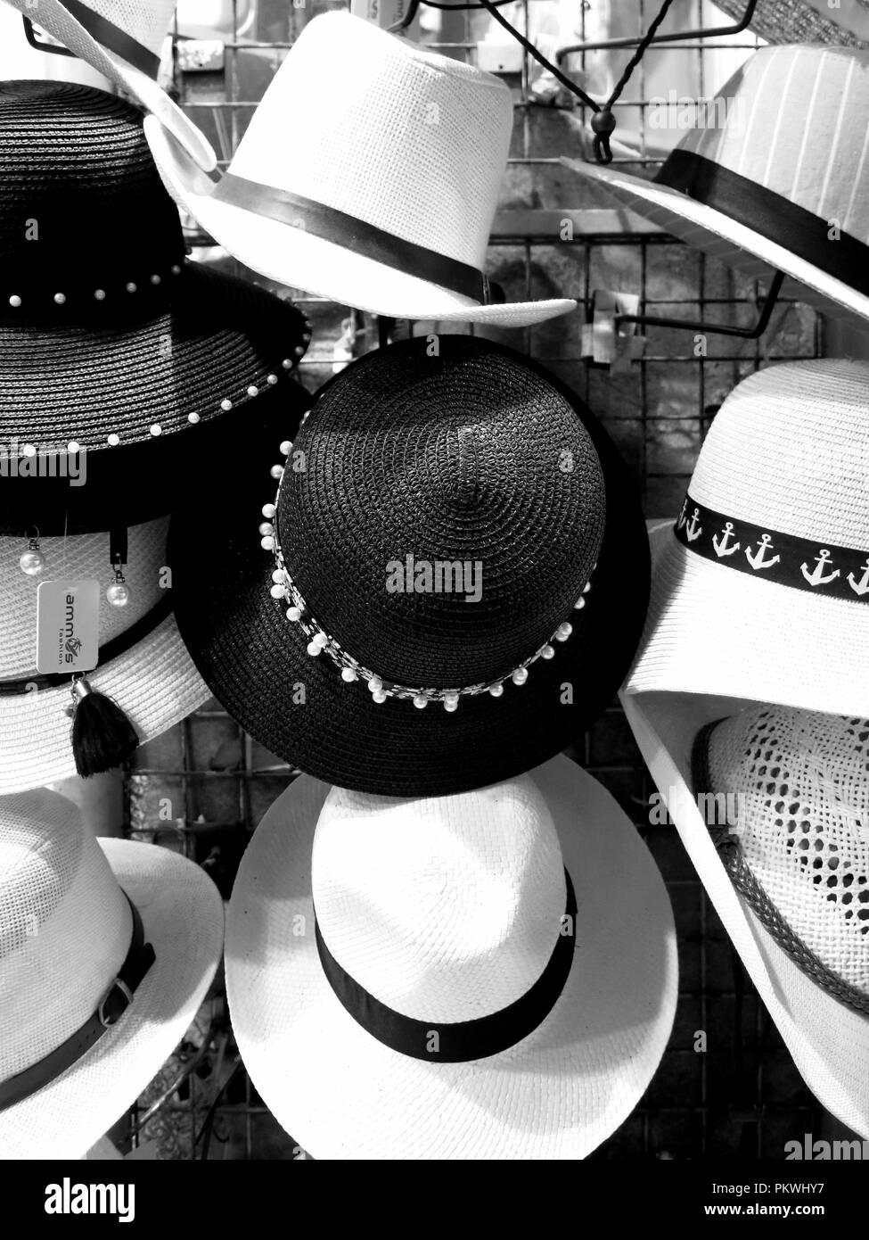 Cappelli sul display al di fuori di un negozio nel mercato principale, Monastiraki,Atene. Immagini Stock