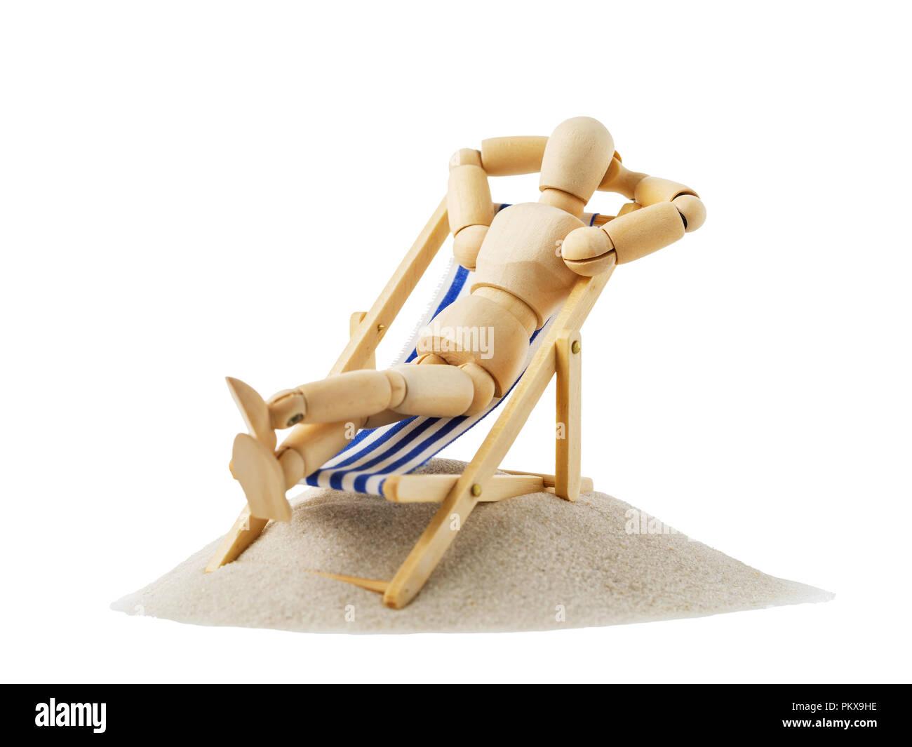 Figura in legno in forma di un uomo appoggiato su una sedia a sdraio. Gestalta isolati su sfondo bianco Immagini Stock
