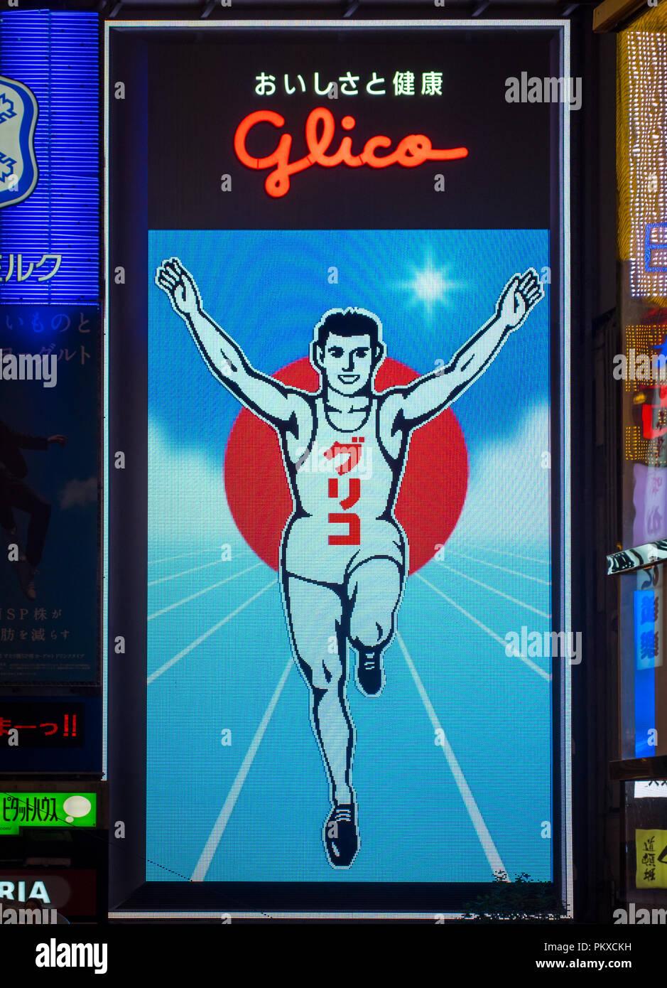 Il lit colorato cartelli stradali (Billboard), tra cui il famoso uomo Glico e Asahi Super Dry segni di Dotonbori nel quartiere Namba di Osaka, in Giappone. Immagini Stock
