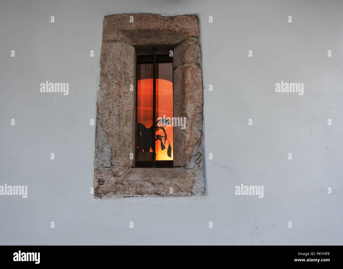 Cornice Lunga E Stretta stretta e lunga finestra elegante con cornice in pietra e un