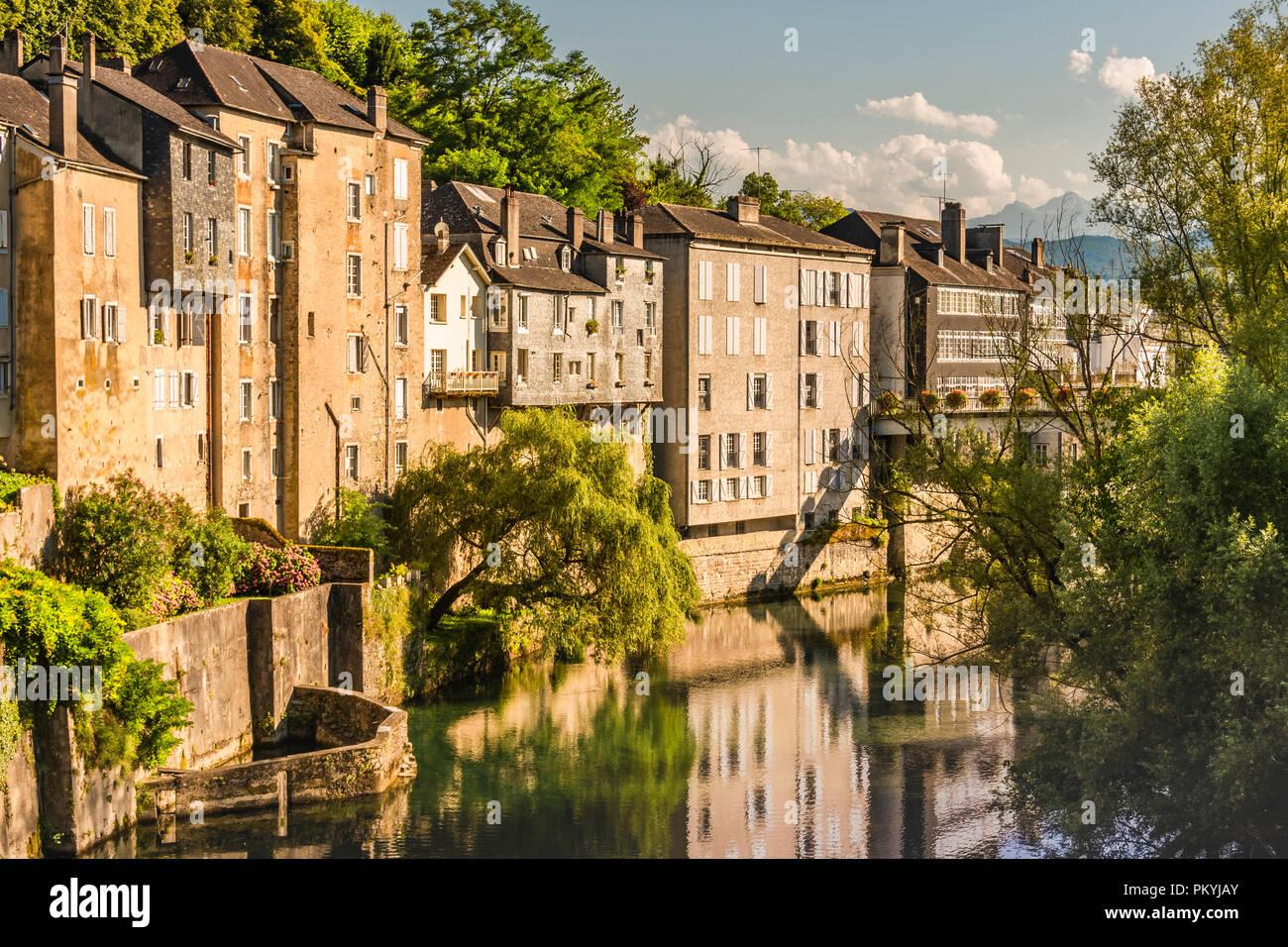 Tipico paesaggio francese all' interno del paese sul fiume Oloron. Saint Marie Oloron francia Immagini Stock