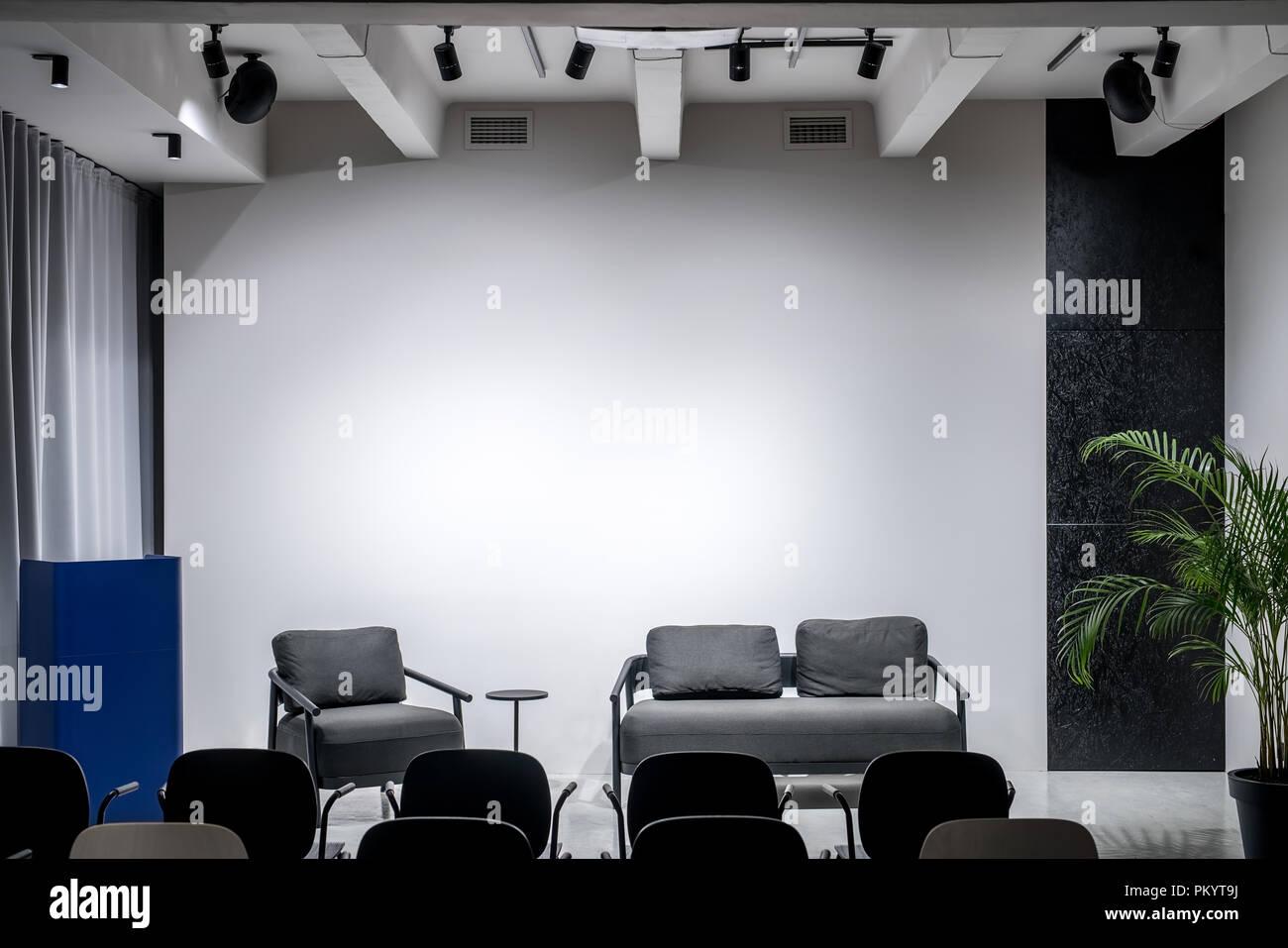 Pareti A Righe Grigie : Bella sala conferenza con pareti grigie e un pavimento lucido non
