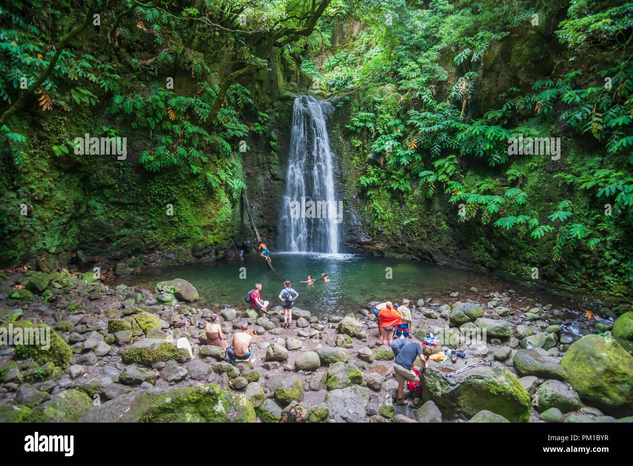 Situato in Faial da terra e raggiungibile sia con il percorso pedonale di Sanguinho o dal salto fare Prego cascata Sao Miguel Azzorre Immagini Stock