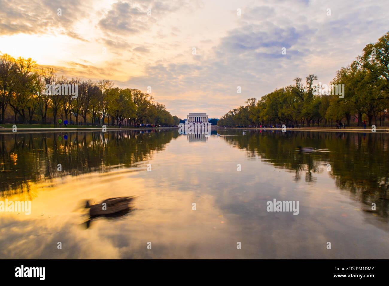 La Abraham Lincoln Memorial da tutta la piscina riflettente. Washington DC, Stati Uniti d'America. Una vista del Lincoln Memorial da tutta la piscina riflettente. Foto Stock