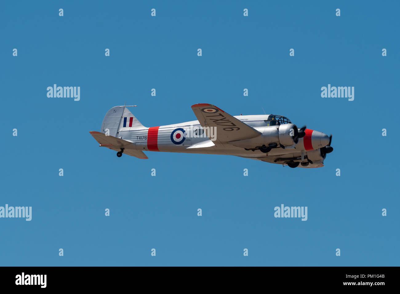 SOUTHPORT, Regno Unito Luglio 8 2018: una fotografia di documentare una fotografia di documentare un assolo di visualizzazione di un Avro C19 Anson display nel blu del cielo a Southport un Immagini Stock