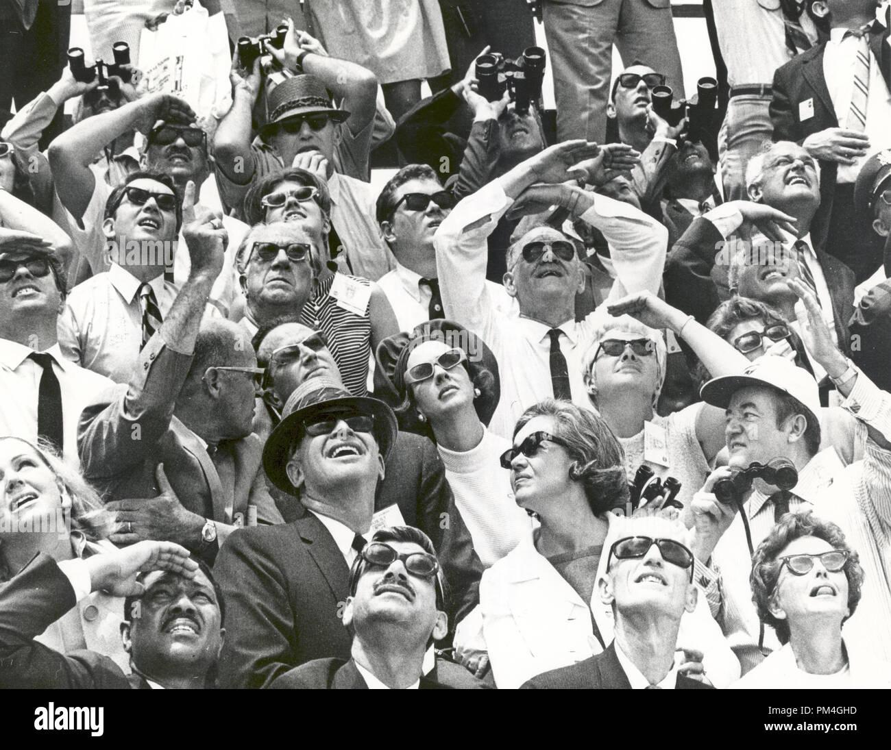 Il Centro Spaziale Kennedy Vice Direttore per la somministrazione, Albert Siepert, seduti a sinistra in terza fila, sottolinea i punti salienti della Apollo 10 il decollo a Belgiums King Baudouin e Regina Fabiola. Accanto alla regina è la signora Siepert. Ex Vice Presidente Hubert Humphrey, nel cappello da baseball a destra, colloqui con il sig. e la Sig.ra Emil Mosbacher, seduto accanto a lui. Il sig. Mosbacher è il capo degli STATI UNITI Il protocollo n. L'Apollo 10 astronauti sono stati lanciati da un Apollo/Saturn V veicolo spaziale a 12:49 pm EDT, 18 maggio 1969, dal KSC complessi di lancio 39B. Riferimento al file # 1003_021THA Immagini Stock