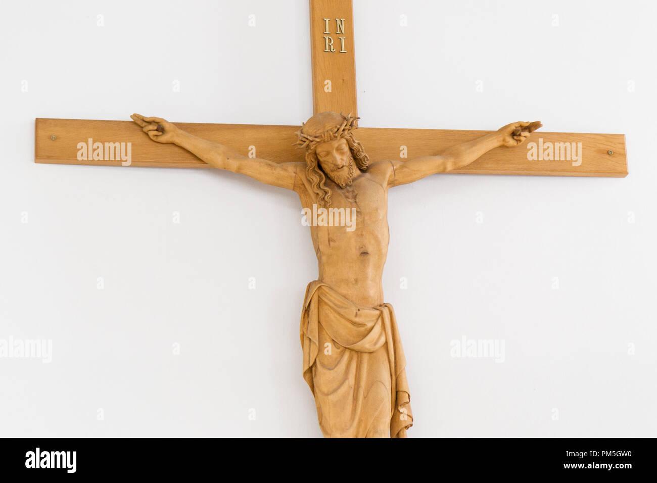 Bratislava, Slovacchia. 2018/3/18. Gesù Cristo sulla croce in legno nella chiesa di Regina della famiglia sulla strada Teplicka Immagini Stock