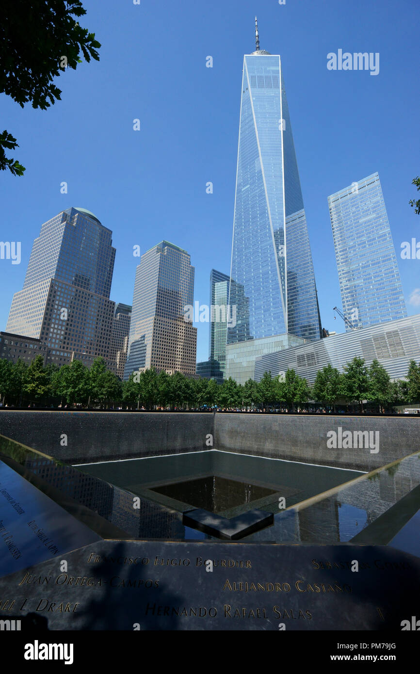 Riflettente del nord pool di National September 11 Memorial con il World Trade Centre e Torre di libertà in background. Manhattan.New York City.USA Immagini Stock
