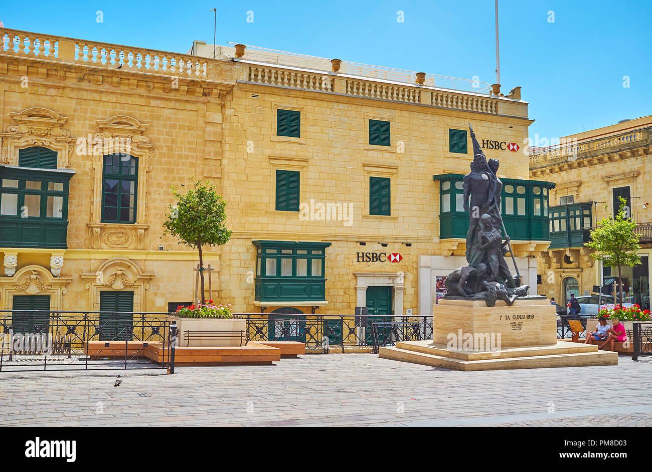 La Valletta, Malta - 17 giugno 2018: Sette Giugno monumento in St George Square (Piazza del Palazzo) con scenic vecchi edifici sullo sfondo, il 17 giugno ho Immagini Stock