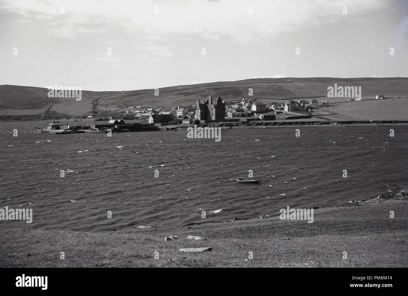 Degli anni Cinquanta, storico, un piccolo insediamento di un esuary sulle isole Orcadi isole al largo della costa nord della Scozia. Queste sterili, isole dimenzogne sono notevoli per la mancanza di alberi e le forti correnti di marea in firths. Immagini Stock