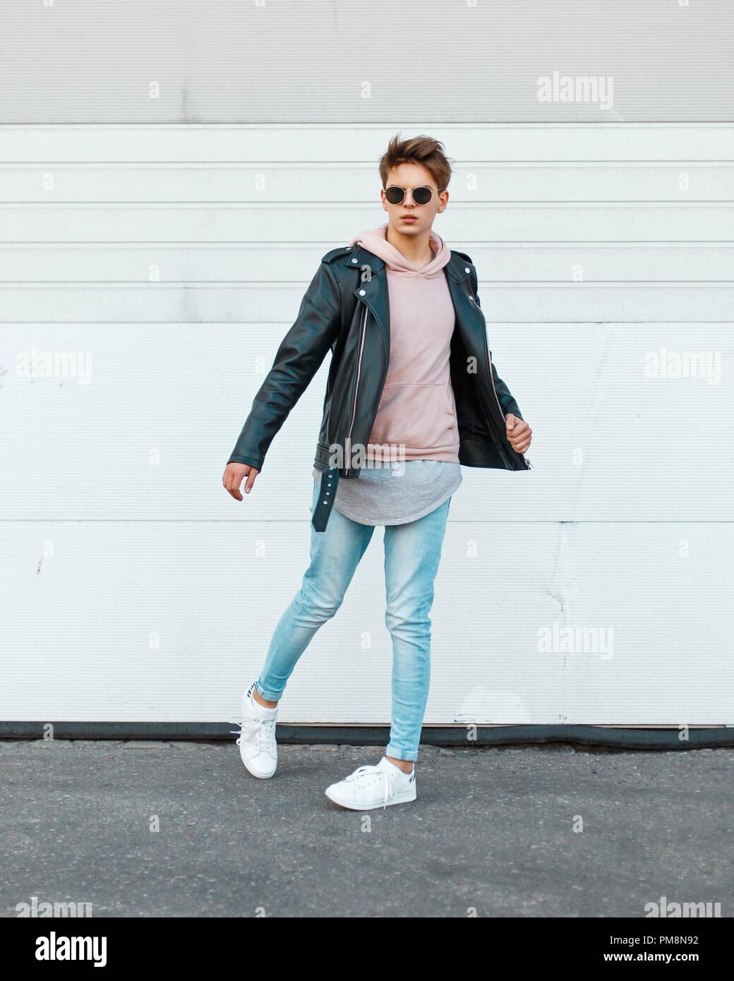 timeless design e9137 23e1b Giovane ragazzo in un nero elegante giacca di pelle, una ...