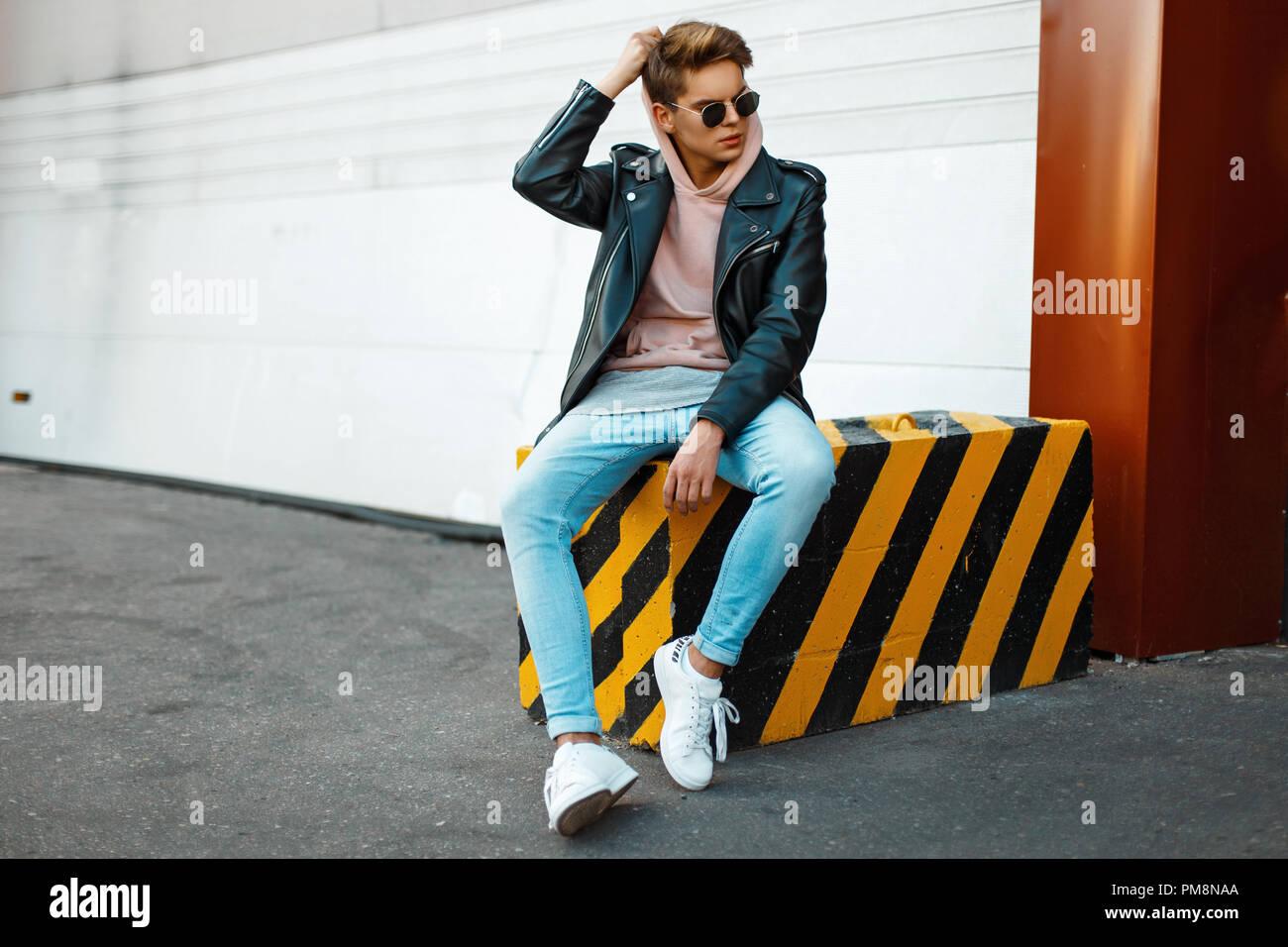big sale d7308 42337 Bel giovane modello di un uomo che indossa gli occhiali da ...