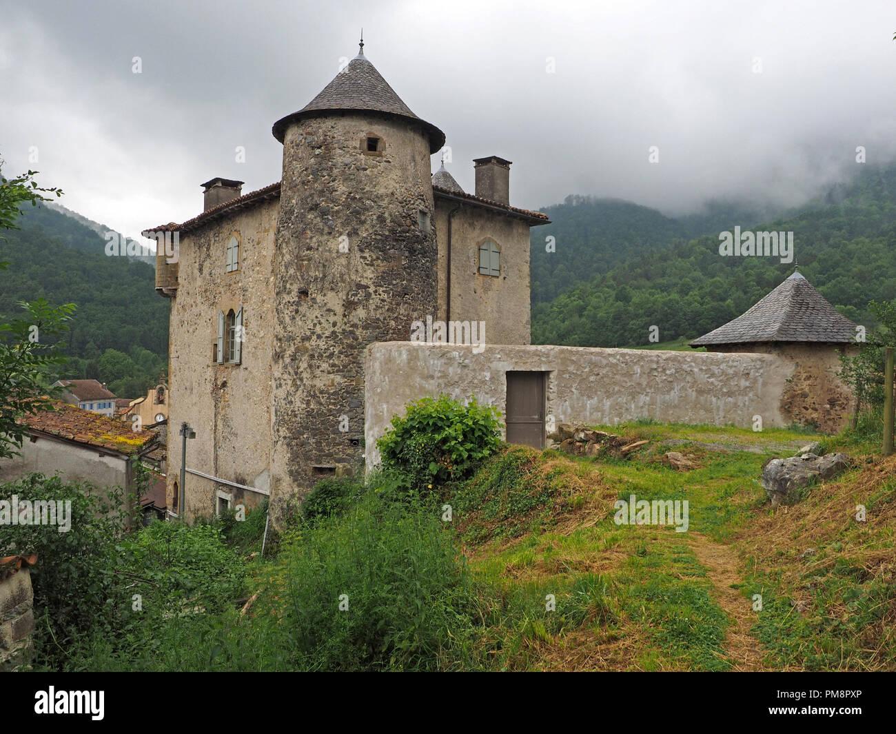 Torrioni circolari e tetti di tegole di Seix Castello, si affacciano sulla città e valle del Salat in Ariège Pyrénées, Francia con nubi su Montagne du Cos Immagini Stock