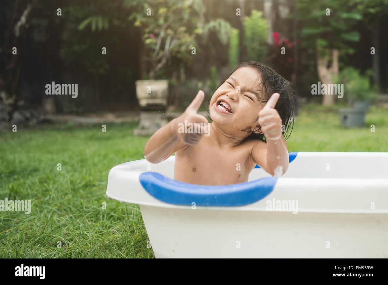 Vasca Da Bagno Per Neonati : Felice bellissima bambina di prendere un bagno in una vasca da bagno