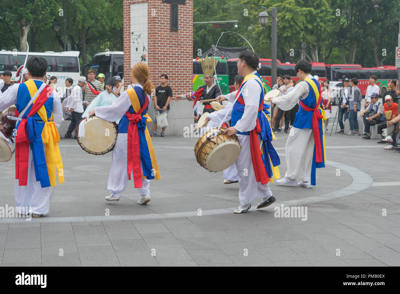 Un gruppo di ballerini e percussionisti in variopinti costumi tradizionali, a Seul, Corea del Sud Immagini Stock