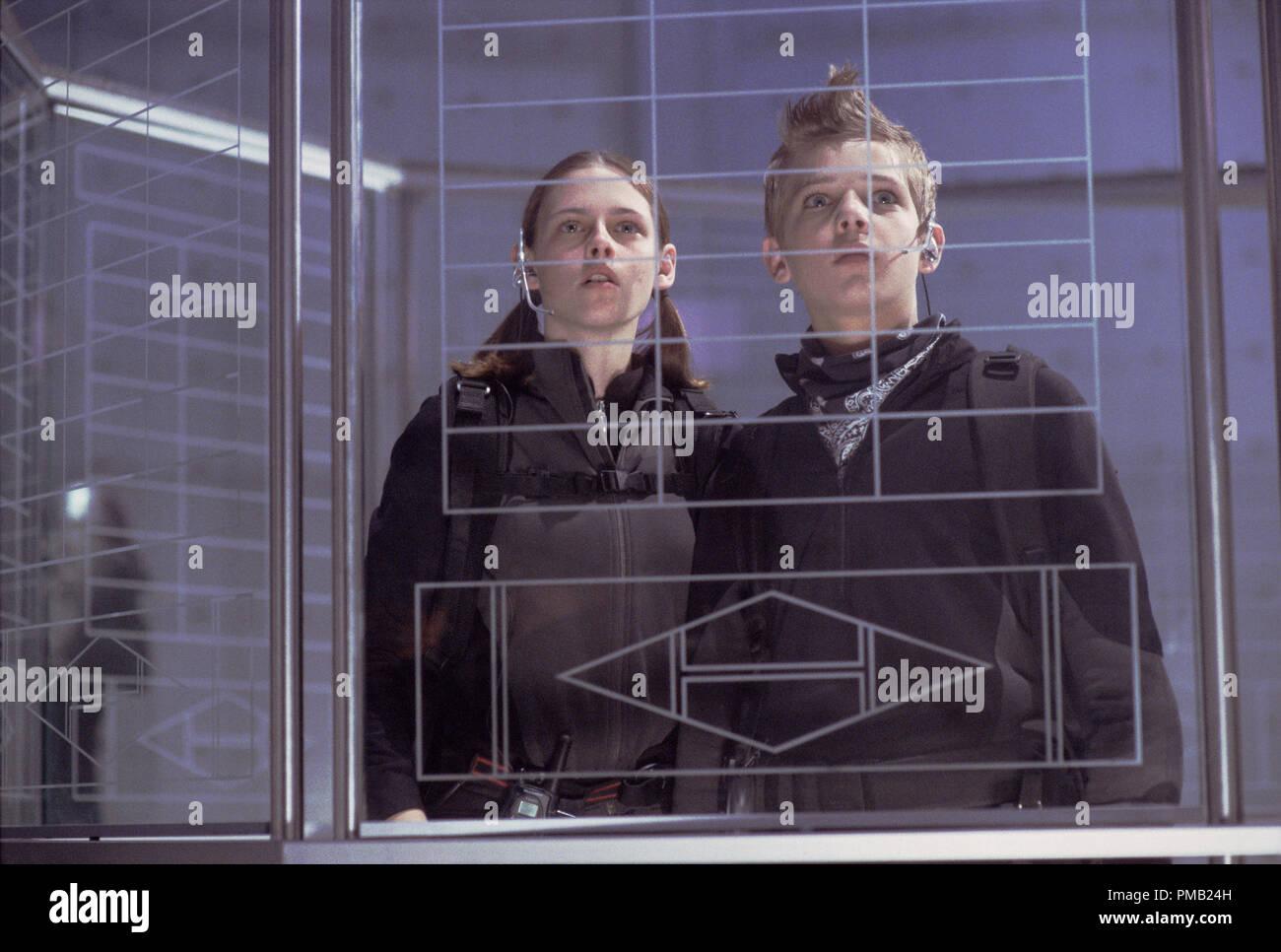 """Kristen Stewart e Max Thieriot faccia alcune high-tech sfide nella loro audace missione. 'Catch che Kid"""" (2003) Immagini Stock"""