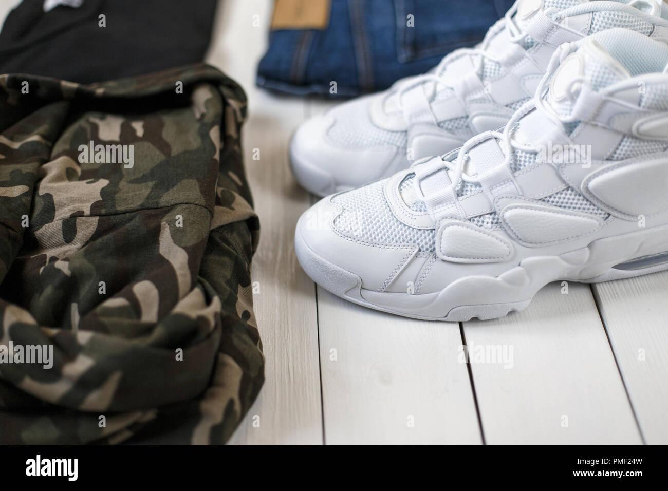 Moda Sneakers Con Camicia Militare T Shirt Nera E Jeans Blu Su