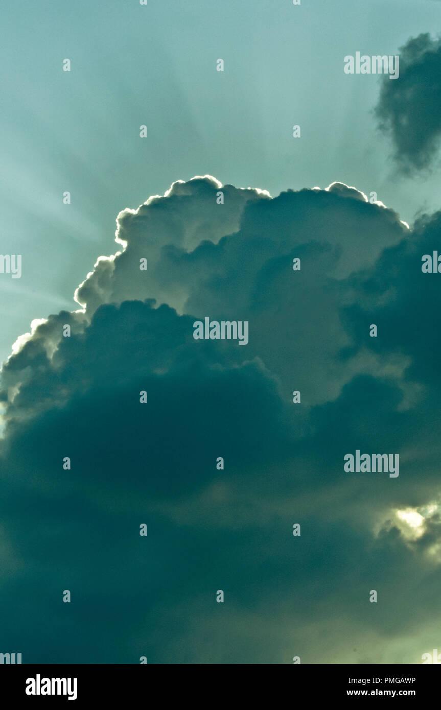 Nuvole drammatico con raggi di luce da dietro di essa Immagini Stock