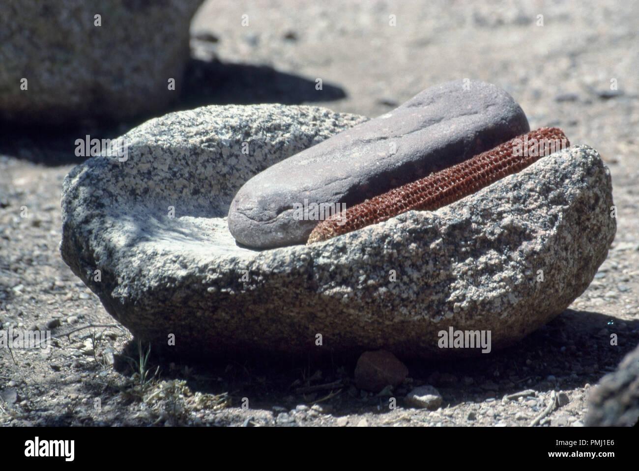 Salado del popolo y metate mano (macinazione di pietre per il granturco), tonto monumento nazionale, Arizona. Fotografia Immagini Stock
