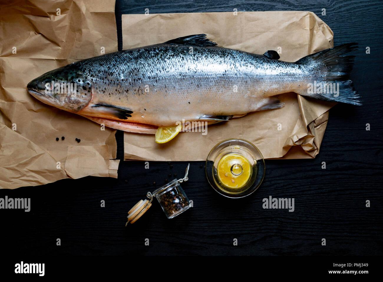 Crudo Fresco Salmone Pesce Rosso Isolato Su Uno Sfondo Nero Con