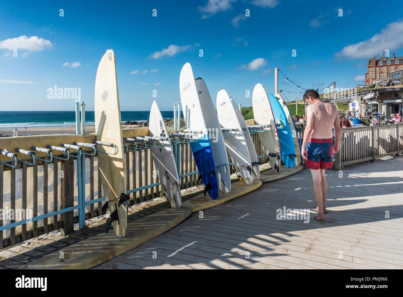 Tavole da surf disponibili per il noleggio al Fistral Beach in Newquay in Cornovaglia. Immagini Stock