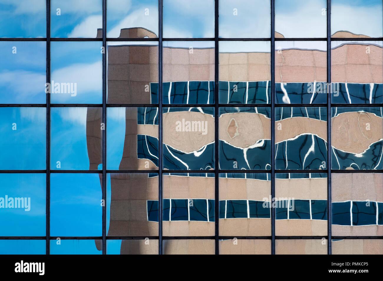 Architettura dettaglio nel blocco di ufficio, Birmingham Alabama. Un riflesso distorto di un blocco di uffici nelle finestre riflettenti di un altro blocco di uffici. Immagini Stock