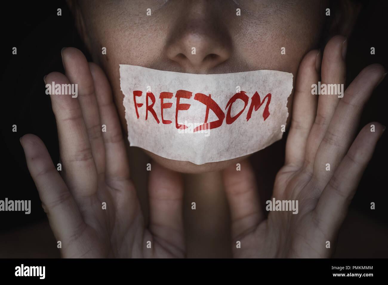 Concetto di libertà di parola: la bocca di una persona è sigillato con un nastro adesivo, primo piano Immagini Stock
