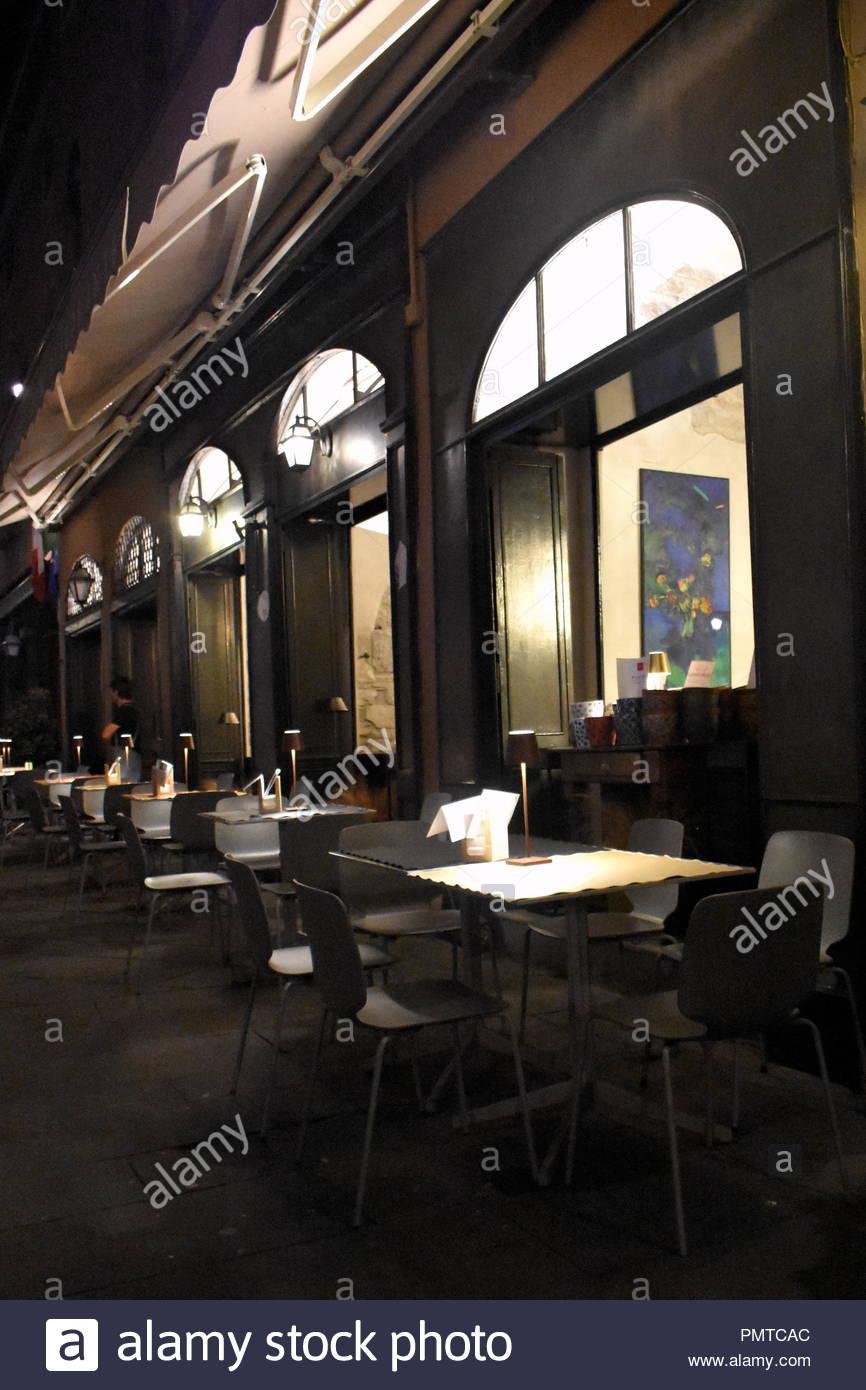 Tavoli E Sedie Bergamo.Le Ore Notturne I Tavoli E Le Sedie Al Di Fuori Di Una Elegante