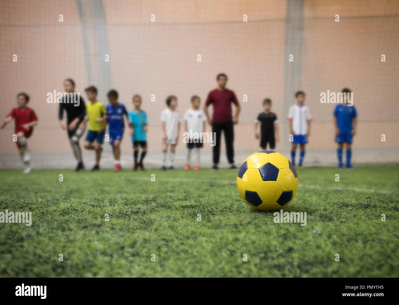 Tappeti Per Bambini Campo Da Calcio : Tradizionale pallone da calcio sul campo di calcio sullo sfondo